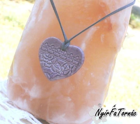 Levendula lila kerámia medál, szív forma