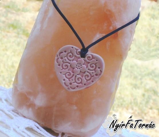 Rózsaszínű kézműves kerámia medál